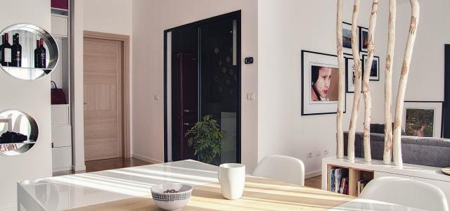 Echipa de design Ezzo, din Timișoara, ne prezintă încă un proiect superb. De data asta este vorba despre un apartament care inspiră energie și care a deschis ediția din octombrie […]